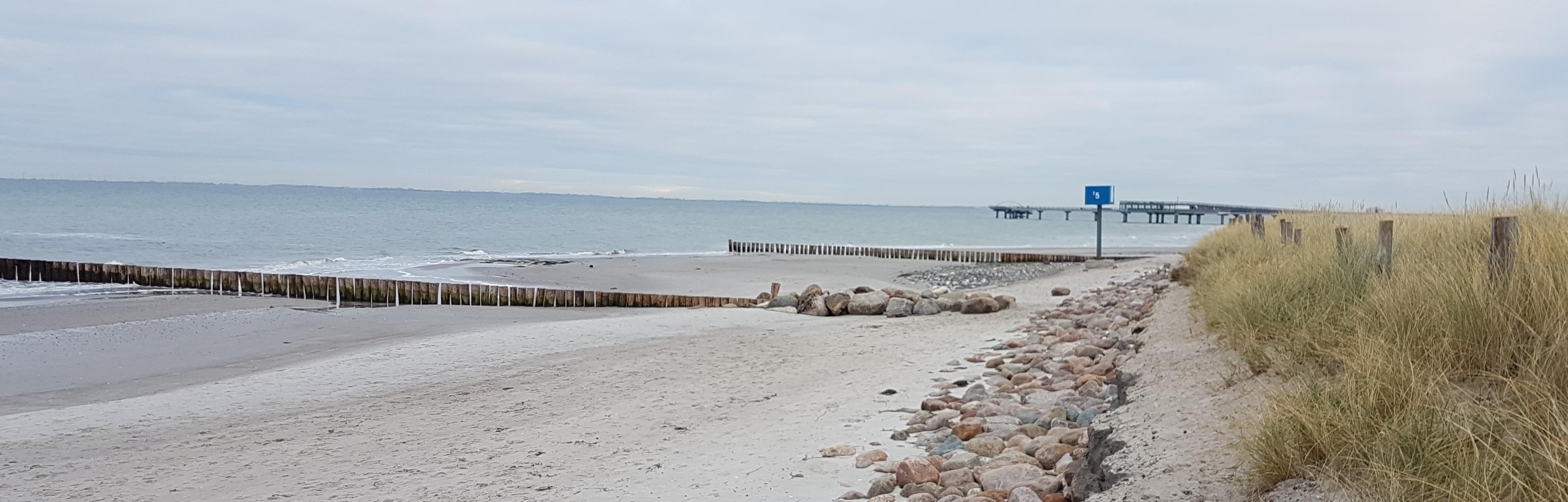 Blick vom Strandaufgang westlich von Turm 5 nach Osten. Darüber berichtete auch die LN. Der aufgespülte Sand war längst vor dem Schadensereignis 04./05. Jan. 2016 verschwunden. Ein großer Erfolg, so Herr Eggers...